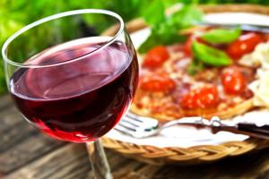 Bild: Rotwein und Pizza