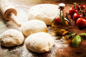 Bild: Pizzateig wird geknetet