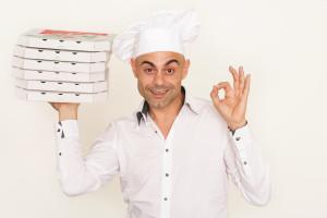 Bild: Pizzalieferant mit Pizzaschachteln in der Hand